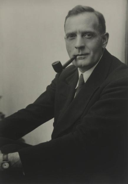 Studio_portrait_photograph_of_Edwin_Powell_Hubble